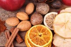 Высушенные плодоовощи, гайки и циннамон Стоковые Фотографии RF