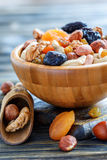 Высушенные плодоовощи и различные гайки в деревянном шаре Стоковые Фото