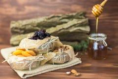 Высушенные плодоовощи и чокнутое органическое здоровое смешивание с медом на деревенской предпосылке Стоковые Изображения
