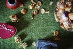 Высушенные розы на зеленой скатерти Стоковые Фото