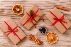 Высушенные ручки апельсина и циннамона на перчатке Деревянная предпосылка Принципиальная схема рождества Стоковое фото RF
