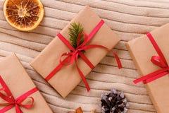 Высушенные ручки апельсина и циннамона на перчатке Деревянная предпосылка Принципиальная схема рождества Стоковые Изображения