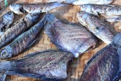 Высушенные рыбы в корзине outdoors Стоковое Фото
