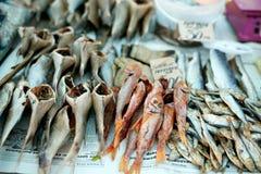 Высушенные рыбы на веревочке на стойле на лете выходят на рынок для продажи Посоленные местные морепродукты Концепция рыбной ловл Стоковые Фотографии RF