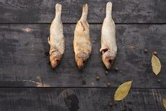 Высушенные рыбы на взгляд сверху деревянного стола Стоковое Фото