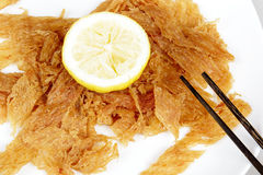 Высушенные рыбы украшенные с лимоном Стоковое Изображение RF