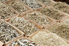 Высушенные сортированные малые белые рыбы Стоковое Фото