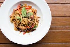 Высушенные спагетти chili на белой плите на взгляд сверху деревянного стола стоковое изображение
