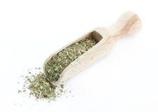 Высушенные травы в деревянном лопаткоулавливателе изолированном на белой предпосылке Стоковые Изображения