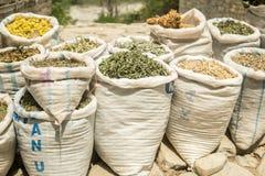 Высушенные травы для продажи Восточный травяной базар стоковое фото