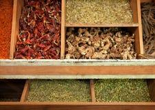 Высушенные травы и специи в традиционном деревянном дисплее в иранском базаре Стоковые Фото