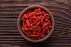 Высушенные ягоды goji на деревянной деревенской предпосылке Стоковые Фотографии RF