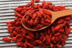 Высушенные ягоды goji на деревянной деревенской предпосылке Стоковая Фотография RF