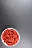 Высушенные ягоды goji в малом белом шаре Стоковые Изображения
