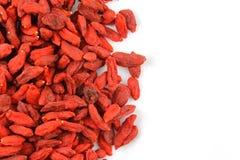 Высушенные ягоды goji на белой текстуре предпосылки еды плиты с космосом экземпляра Стоковые Фото