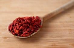 Высушенные ягоды goji на деревянной ложке Стоковое Фото