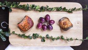Высушенные balefruit, виноградина и травы на положении квартиры прерывая доски Стоковое Изображение RF