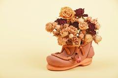 Высушенный букет роз в керамическом ботинке Стоковое Изображение RF