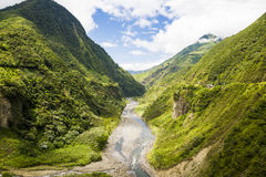 Высушенный - вне река между андийскими горами Стоковые Фотографии RF