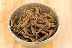 Высушенный коричневый плодоовощ индийского дерева винта, смешивает переплетенное острословие стручка Стоковое Изображение