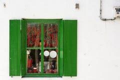 Высушенный красный пеец через зеленый цвет окно Стоковые Фото