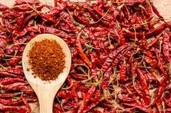 Высушенный красным цветом перец chili на деревянной ложке Стоковые Изображения