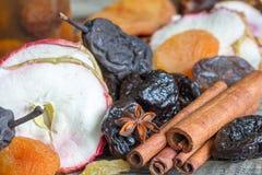Высушенный крупный план предпосылки плодов со звездой циннамона и анисовки стоковое фото rf