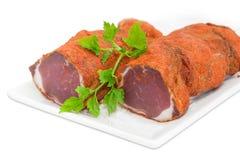 Высушенный крупный план хворостины tenderloin и петрушки свинины на белом блюде Стоковое Изображение