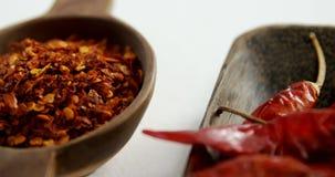 Высушенный перец красного chili и задавленный красный пеец в шаре 4k сток-видео