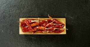Высушенный перец chili в деревянном подносе 4k сток-видео