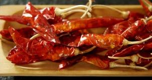 Высушенный перец chili в деревянном подносе 4k акции видеоматериалы