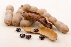 Высушенный тамаринд приносить с семенами на древесине Стоковая Фотография RF