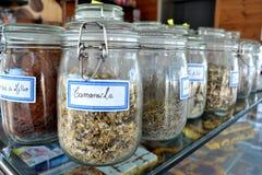 Высушенный травяной чай в баке Стоковая Фотография RF