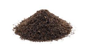 Высушенный урожай лист черного чая вращая на белой предпосылке сток-видео