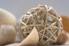 Высушенный цветок аранжированный с плетеными шариками Стоковое Фото