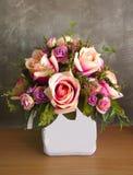 Высушенный цветок на таблице Стоковая Фотография