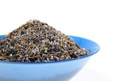 Высушенный чай лаванды органический в деревянной ложке изолированной на белой предпосылке Стоковое фото RF