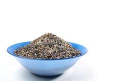 Высушенный чай лаванды органический в деревянной ложке изолированной на белой предпосылке Стоковые Фото
