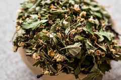 Высушенный folium боярышника/Crataegi cum flore в деревянном ковше стоковое изображение rf