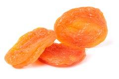 3 высушенных абрикоса на белом крупном плане предпосылки Стоковое Фото