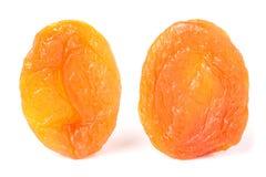 2 высушенных абрикоса на белом крупном плане предпосылки Стоковые Фотографии RF