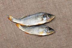 2 высушенных рыбы на конце-вверх мешковины Стоковые Изображения RF