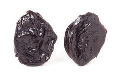 2 высушенных чернослива на белом макросе крупного плана предпосылки Стоковое Фото