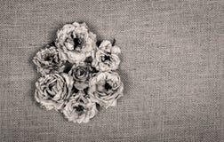 Высушите вянуть розы на естественной linen предпосылке monochrome Стоковая Фотография