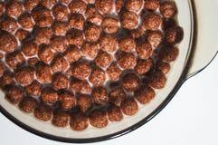 Высушите здоровые завтраки шоколада в форме шариков в плите молока Хлопья пшеницы и мозоли стоковое изображение rf