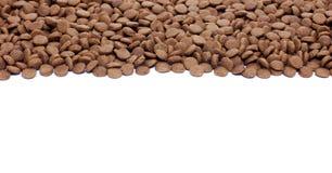 Высушите коричневый корм для домашних животных (собака или кот) на белой предпосылке Стоковое фото RF