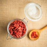 Высушите красные ягоды goji в деревянной ложке на деревенской предпосылке для здорового питания Стоковое Изображение