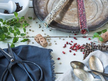 Высушите красочный перец в ушатах и шарах стекел с свежей мятой Стоковое Фото