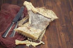 Высушите посоленных рыб трески на деревянной предпосылке Стоковые Изображения