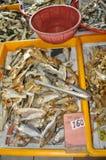 Высушите посоленных рыб на влажном рынке стоковое изображение
